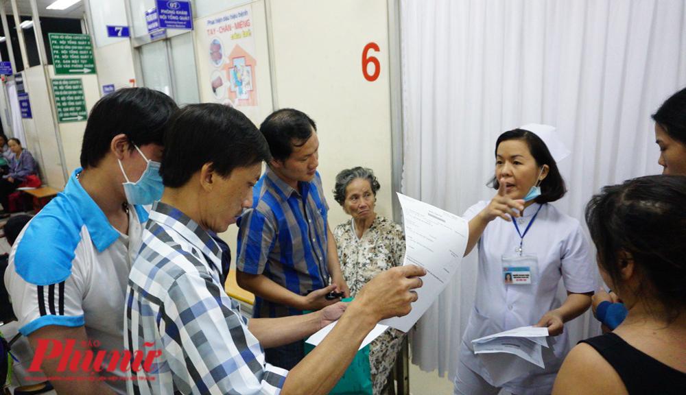 Nhân viên y tế hướng dẫn cho bệnh nhân tại BV Chợ Rẫy -  một trong số nhiều cơ sở y tế tại TP.HCM bị phàn nàn chuyện thiếu thuốc bảo hiểm y tế trong năm 2019
