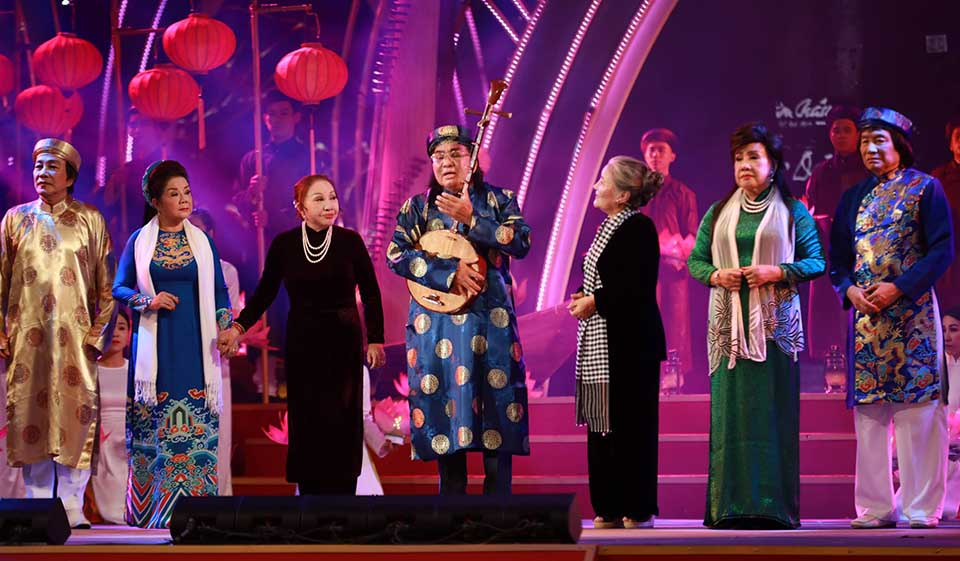 Các nghệ sĩ gạo cội trên sân khấu chương trình kỷ niệm 100 năm cải lương tại đường đi bộ Nguyễn Huệ