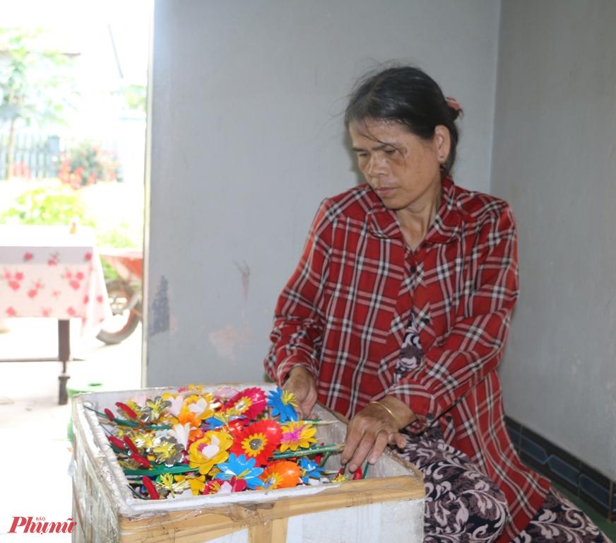 Hoa giấy cũng khoe sắc, tô điểm thêm cho mùa xuân xứ Huế, trên bàn thờ ngày Tết luôn có một cây hoa giấy với nhiều màu sắc.