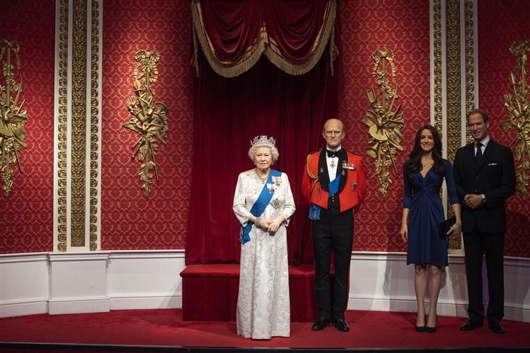 Khoảng trống sau khi các tượng sáp của Hoàng tử Harry và Công nương Meghan bị đưa ra khỏi phòng trưng bày Madame Tussauds bên trái tượng Nữ hoàng Elizabeth II, Hoàng tử Philip, Hoàng tử William và Công nương Kate. Ảnh chụp ngày 9/1 - Ảnh: AP/PA