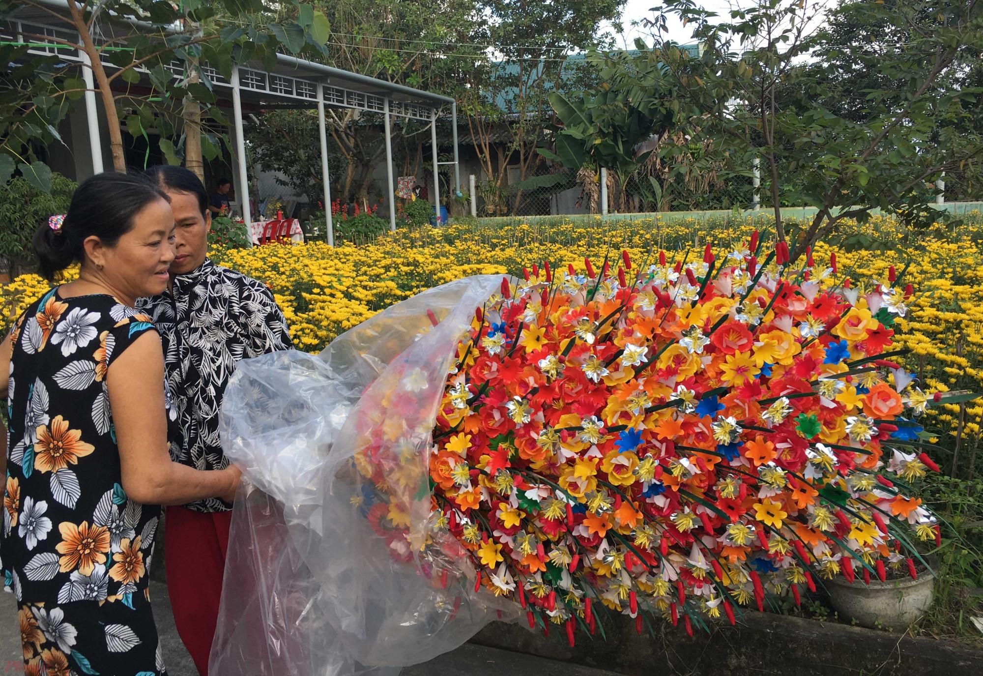 Có được cái tên làng Hoa giấy Thanh Tiên ngày nay chính là sự sáng tạo của nhiều người dân trong làng qua bao đời làm hoa giấy
