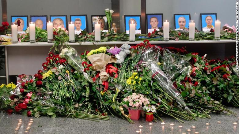 Người dân Ukraine đặt hoa tưởng niệm các nạn nhân thiệt mạng tại sân bay quốc tế Boryspil.