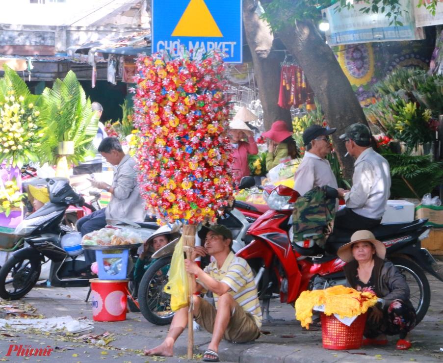 Làng Thanh Tiên thuộc xã Phú Mậu, Phú Vang, tỉnh Thừa Thiên Huế. Làng nằm dọc theo bờ Nam, hạ lưu sông Hương gần ngã ba Sình. Là một địa danh nổi tiếng về nghề làm hoa giấy thờ cúng, đặc biệt là hoa Sen và nghề làm hoa đã xuất hiện cách đây hơn 300 năm