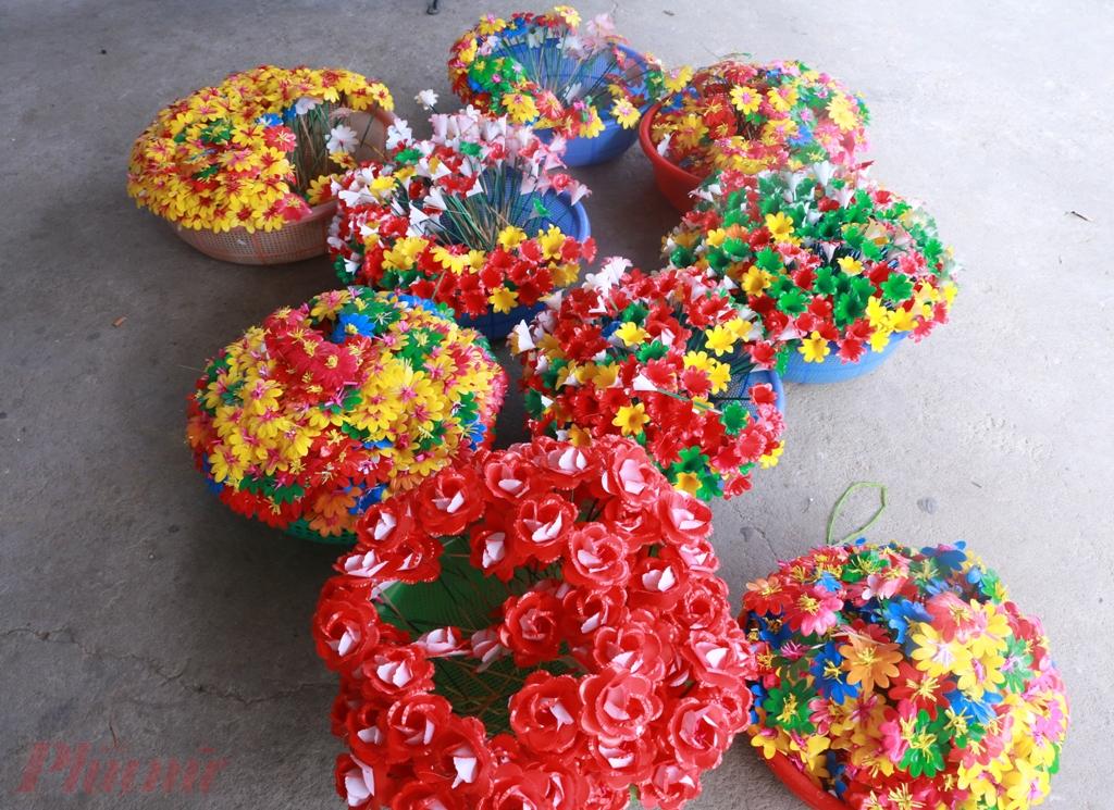 Người dân Làng Thanh Tiên đã biết tận dụng những nguyên liệu sản có ở vùng mình như cây lùng, cây tre cộng với sức sáng tạo phong phú đã tạo lên những Bông Lùng, Hoa Tre hay còn gọi là Hoa Đũa và nhuộm màu ngũ sắc