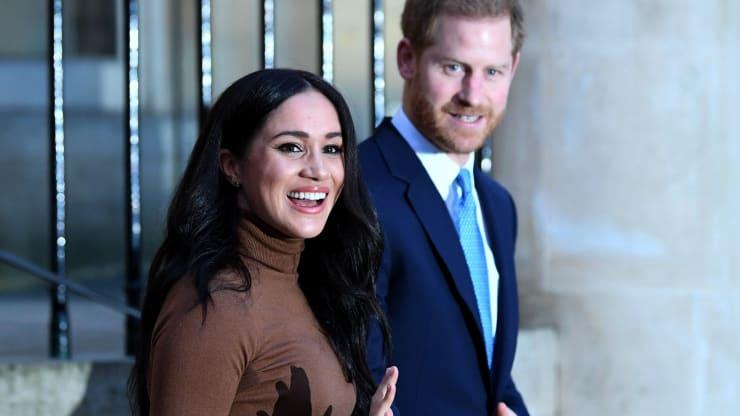 Hoàng tử Harry và Công nương Meghan cho biết họ sẽ rút khỏi vai trò thành viên cấp cao của Hoàng gia Anh - Ảnh: Getty Images