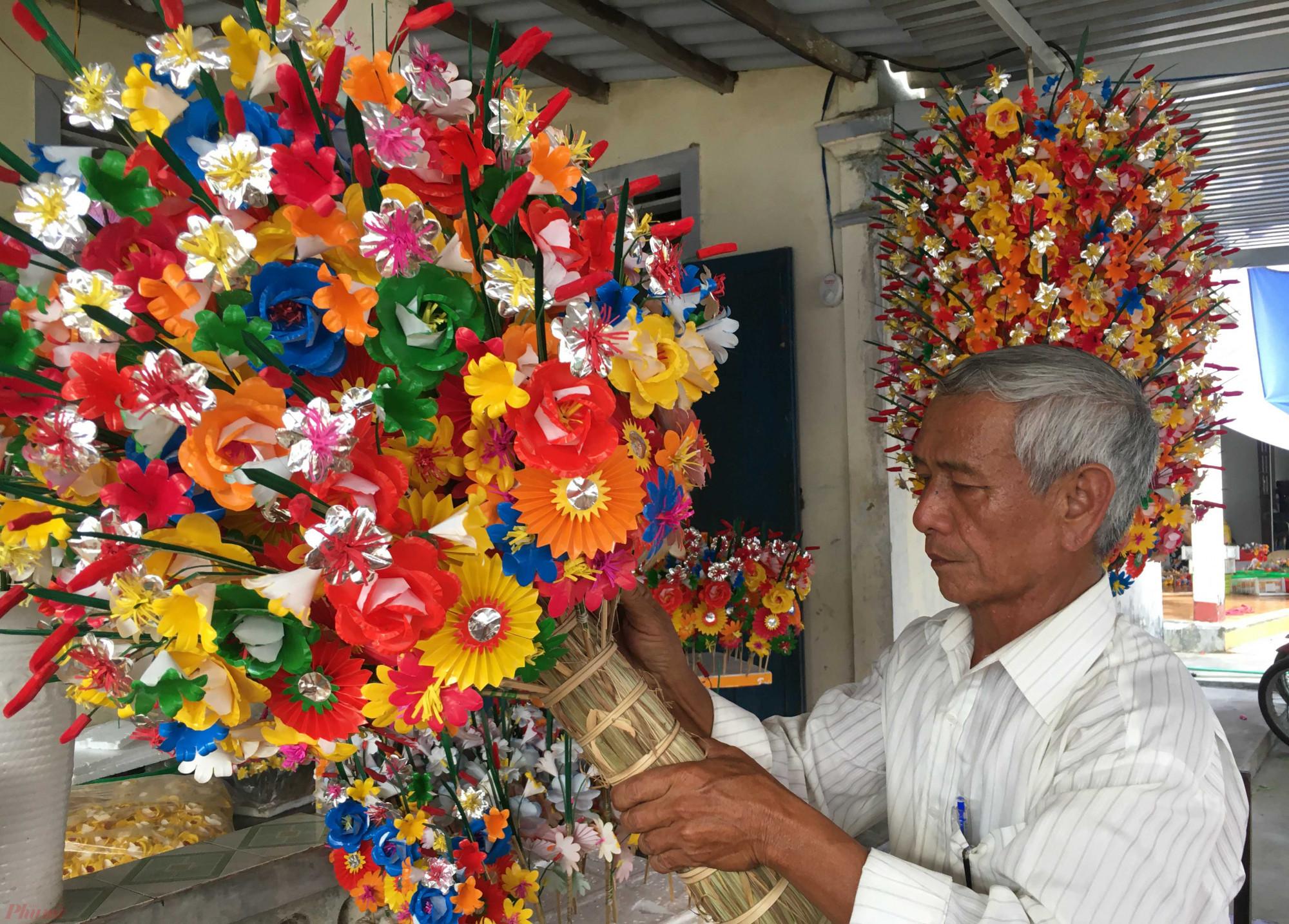 Ông Nguyễn Hóa, một trong những người nghệ nhân có tâm huyết nhất với nghề truyền thống hoa giấy ở Thanh Tiên. Theo ông Hóa thì hiện nay số hộ còn theo nghề không quá 10 hộ, chủ yếu sản xuất theo thời vụ (phục vụ mùa tết). Lý do là bởi làm hoa giấy thờ cúng cho thu nhập quá thấp