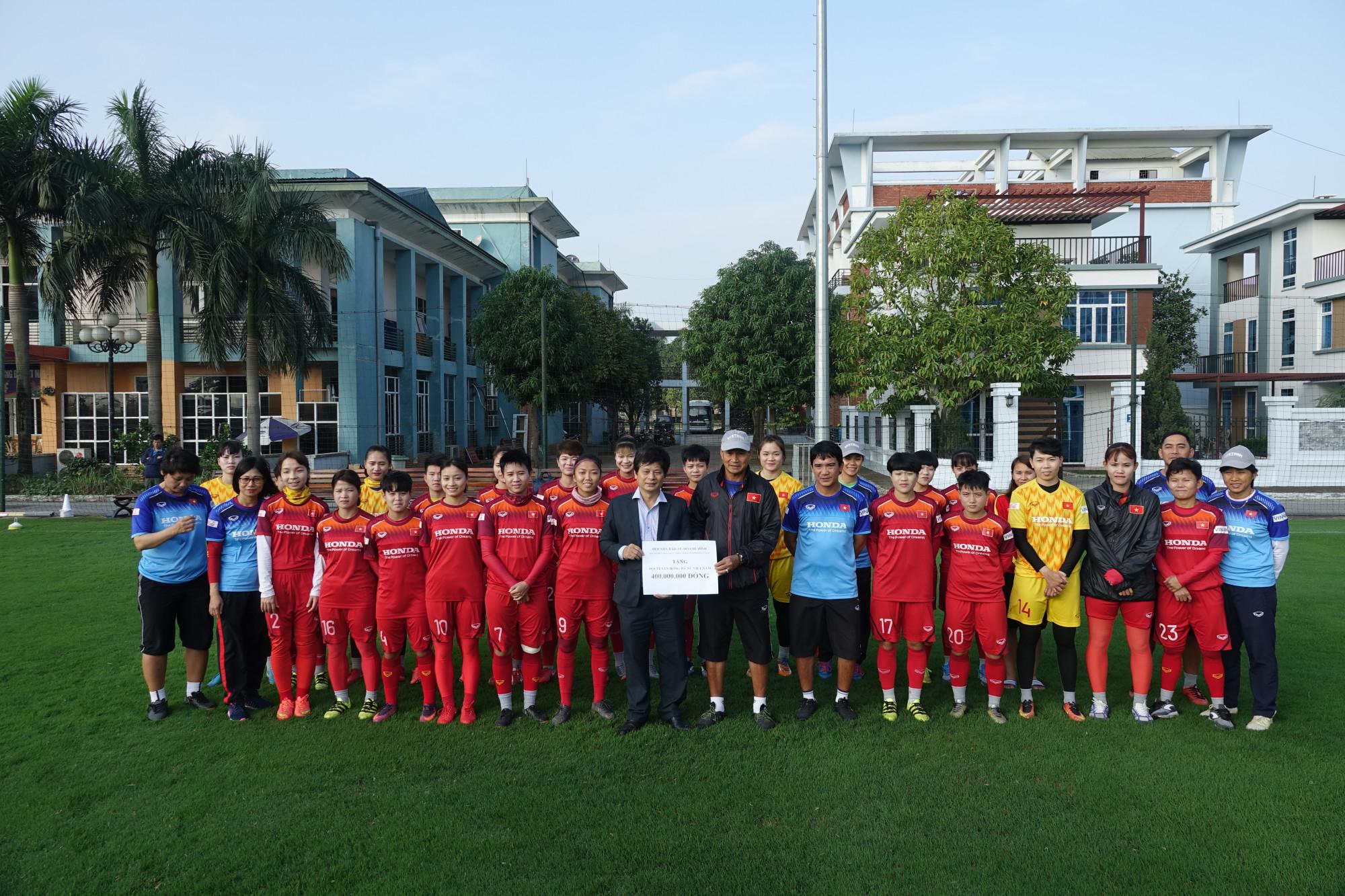 Trao phần quà 400 triệu đồng cho Đội tuyển bóng đá nữ Việt Nam