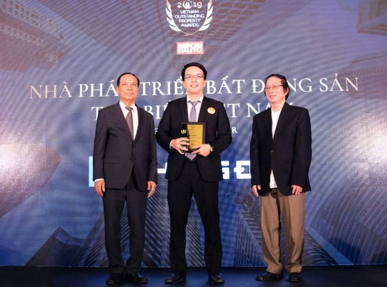 Đại diện Công ty Khang Điền nhận giải thưởng Nhà phát triển BĐS tiêu biểu 2019
