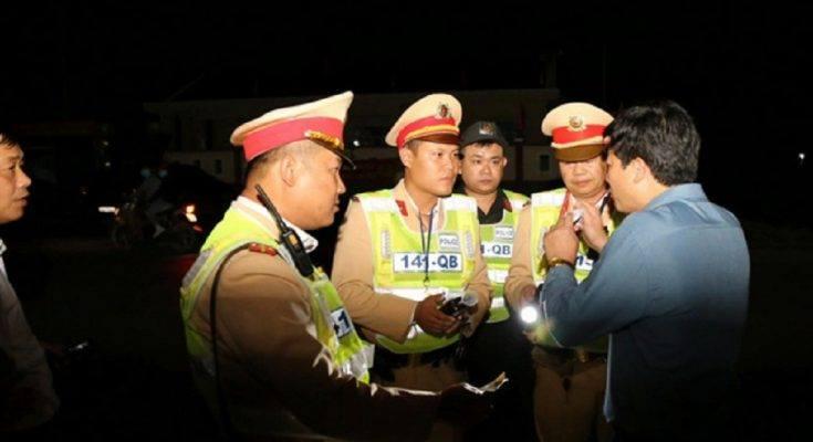Cảnh sát giao thông kiểm tra nồng độ cồn của tài xế.