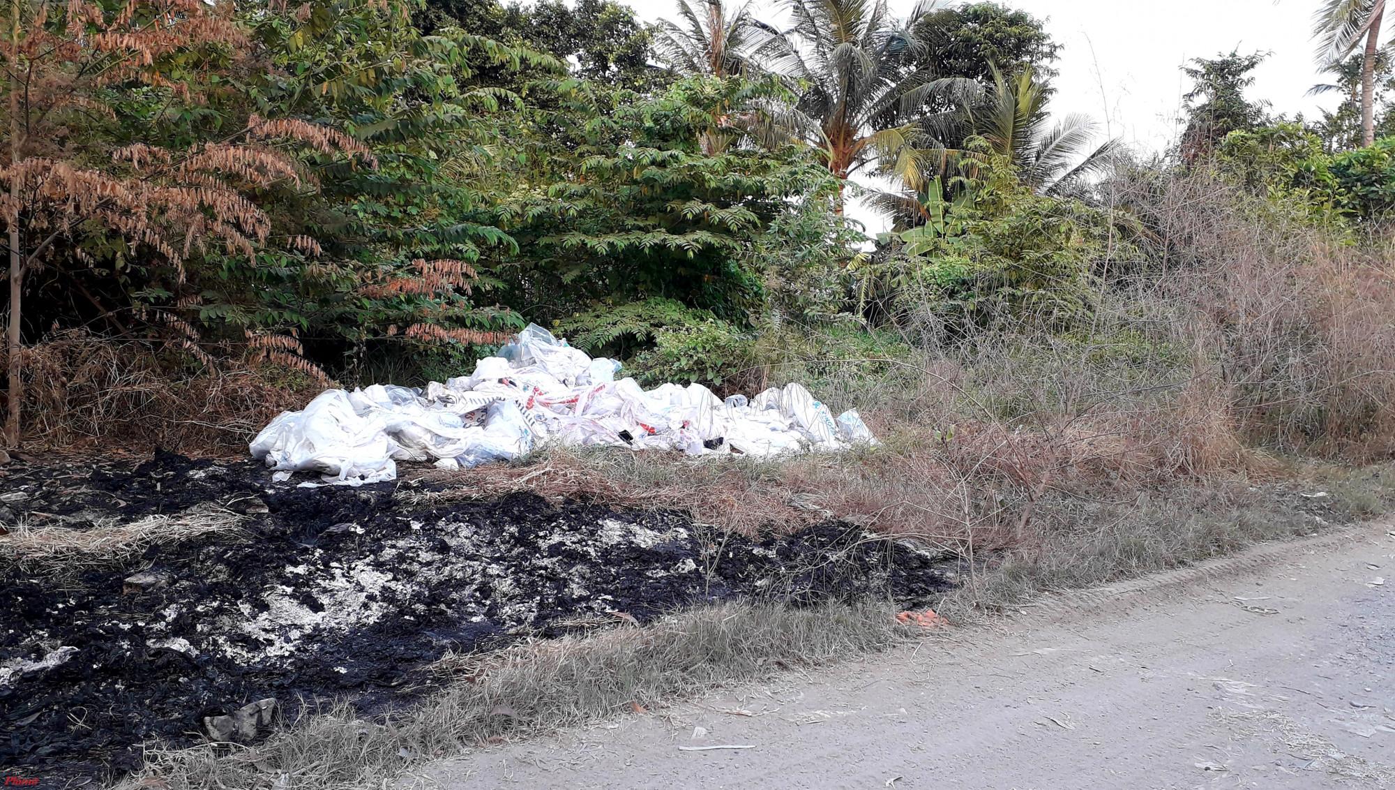 Nhiều bao rác thải công nghiệp được các xe tải mang ra bờ sông đổ trái phép. Ảnh: Hoàng Nhiên