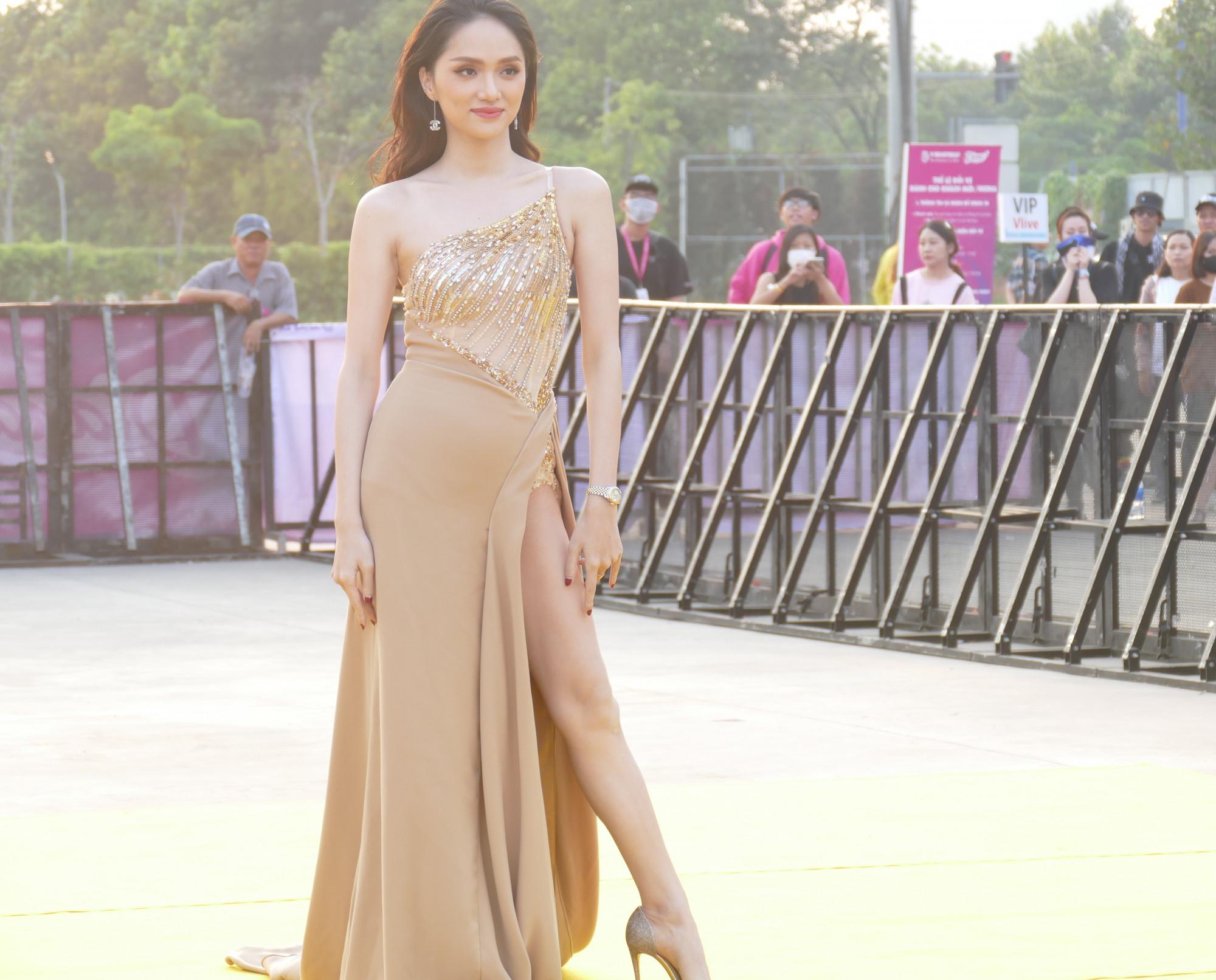 Hoa hậu Hương Giang diện bộ cánh bó sát, cắt xẻ táo bạo khoe đôi chân dài miên man cùng sắc vóc chuẩn của mình.