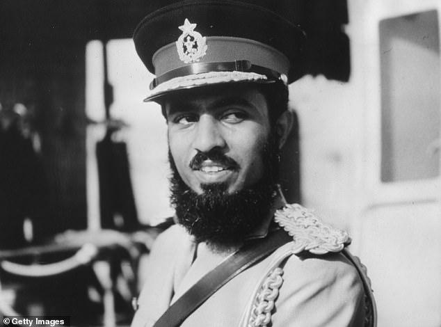 Chân dung của Qaboos Bin Said Al Said, Quốc vương của Muscat và Oman, trong bộ quân phục vào khoảng năm 1970.