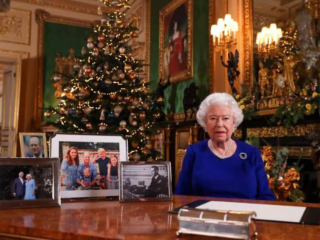 Không có bóng dáng gia đình Công tước và Công nương xứ Sussex – Harry và Meghan cùng con trai Archie – khi nữ hoàng đọc thông điệp Giáng sinh 2019, lúc này vợ chồng Harry cùng con trai chọn Canada làm nơi đón Giáng sinh đầu tiên của họ - Ảnh: AFP
