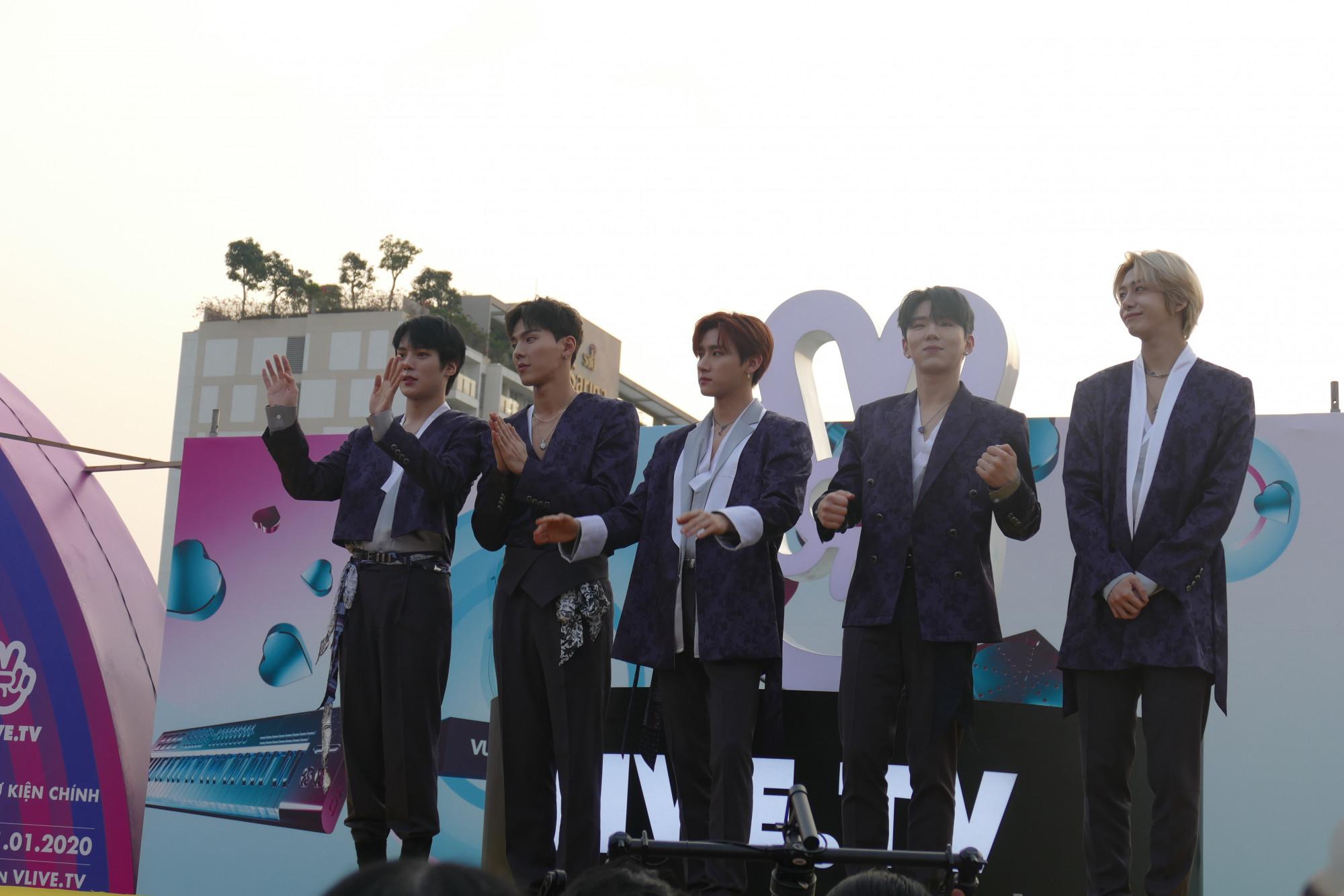 5 chàng trai  Monsta X trẻ trung cuốn hút toàn bộ fan hâm mộ. Do vấn đề về sức khỏe cần thời gian nghỉ ngơi và tập trung phục hồi sức khỏe nên thành viên Joohoney của nhóm không thể gặp gỡ khán giả Việt Nam lần này.
