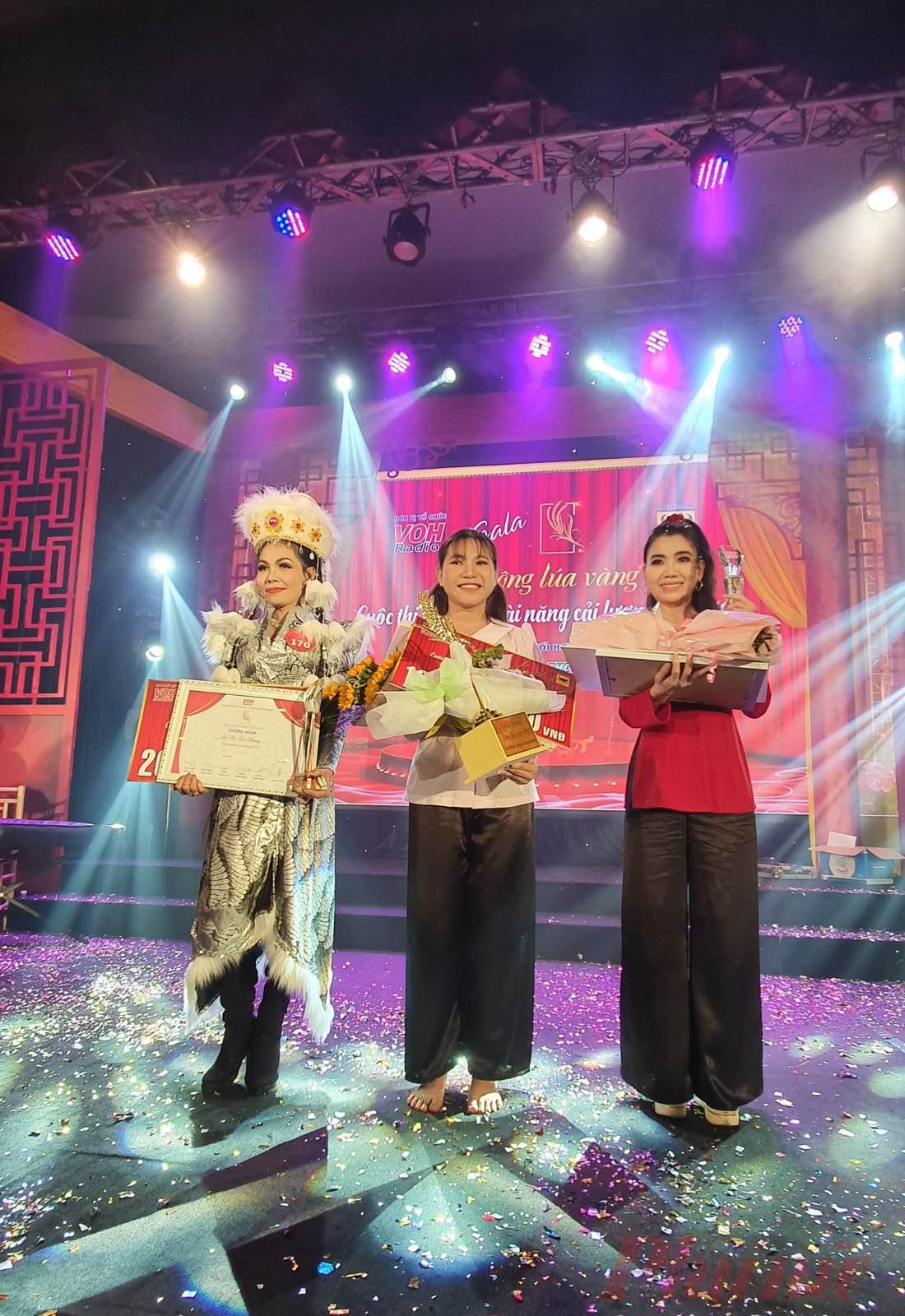 Bảo Ngọc (giữa) chiến thắng thuyết phục để lên ngôi Quán quân cuộc thi Bông Lúa Vàng 2019