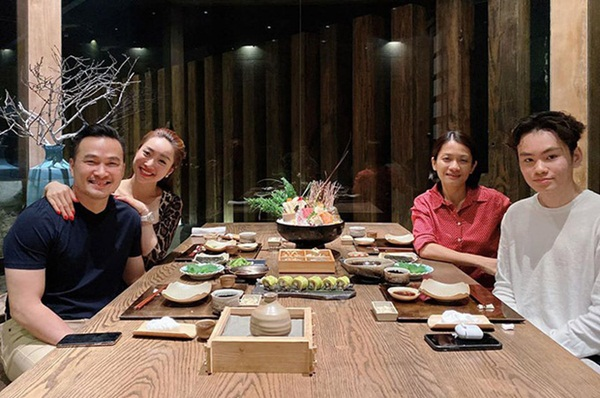 Bức ảnh Chi Bảo đưa người mới đi ăn cùng vợ cũ và con trai gây bão mạng xã hội. Ảnh từ Facebook
