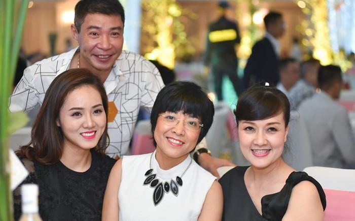 MC Thảo Vân tươi cười bên chồng cũ NSND Công Lý và bạn mới của anh. Ảnh từ Internet