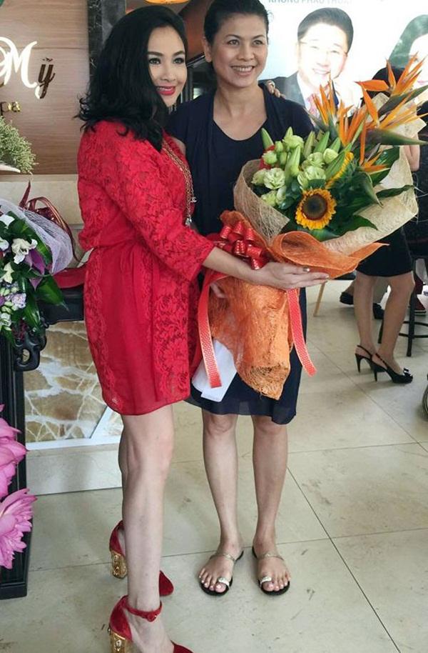 Vợ mới của nhạc sĩ Quốc Trung đến chúc mừng ca sĩ Thanh Lam. Ảnh từ Internet