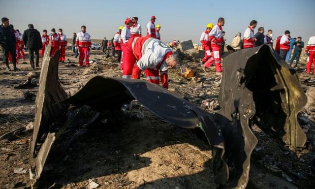 Chiếc máy bay chở 176 hành khách và phi hành đoàn rơi xuống từ độ cao 2.400m vào rạng sáng ngày 8/1 (giờ địa phương), không một ai sống sót.