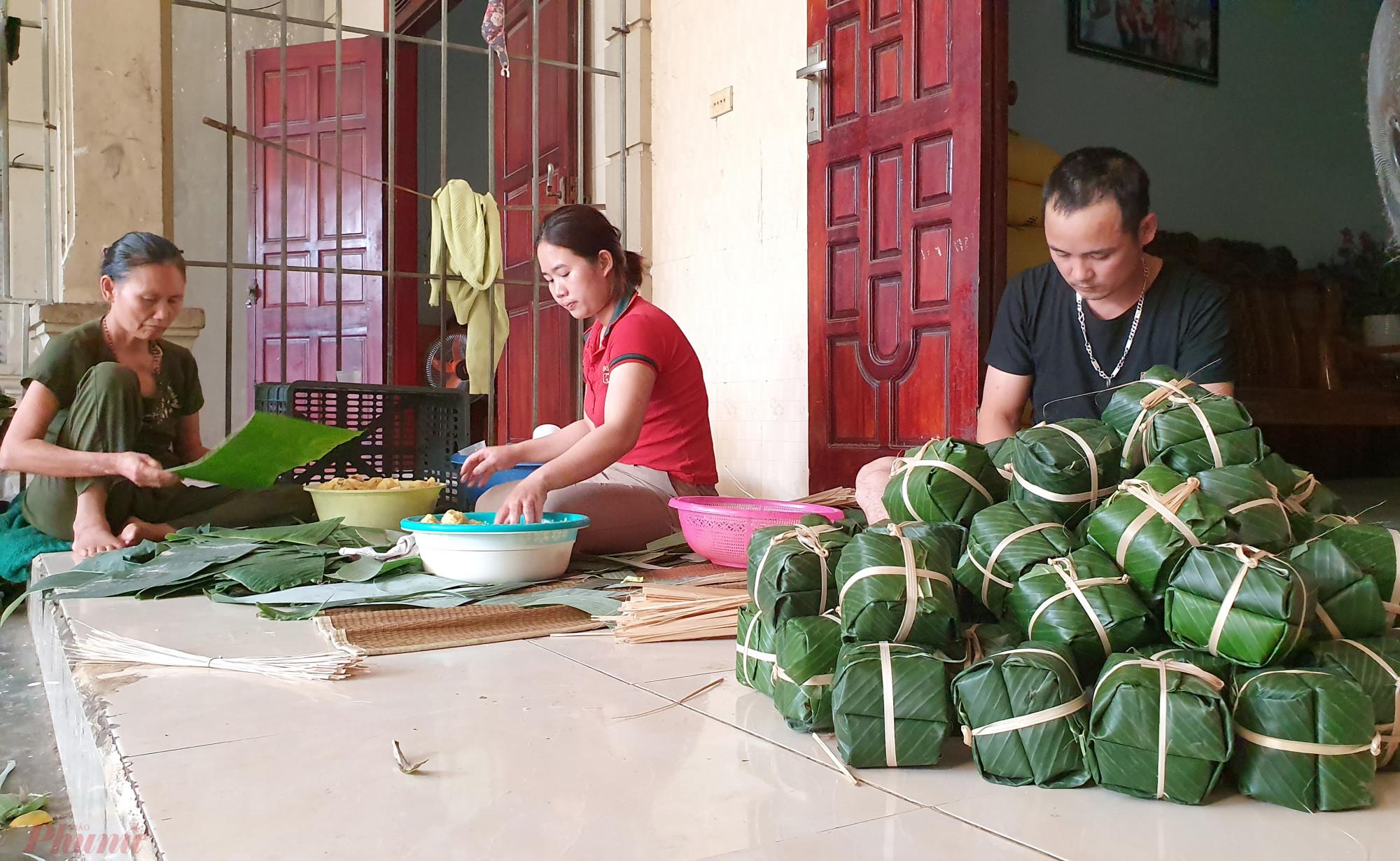 Cận tết, các chủ lò bánh chưng ở làng Vĩnh Hòa phải huy động thêm người thân gói bánh để phục vụ khách
