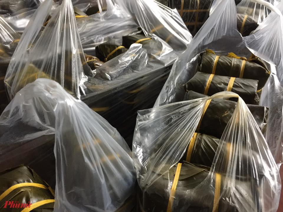 Hàng ngàn cặp bánh vẫn đều đặn xuất lò ở làng Vĩnh Hòa mỗi ngày