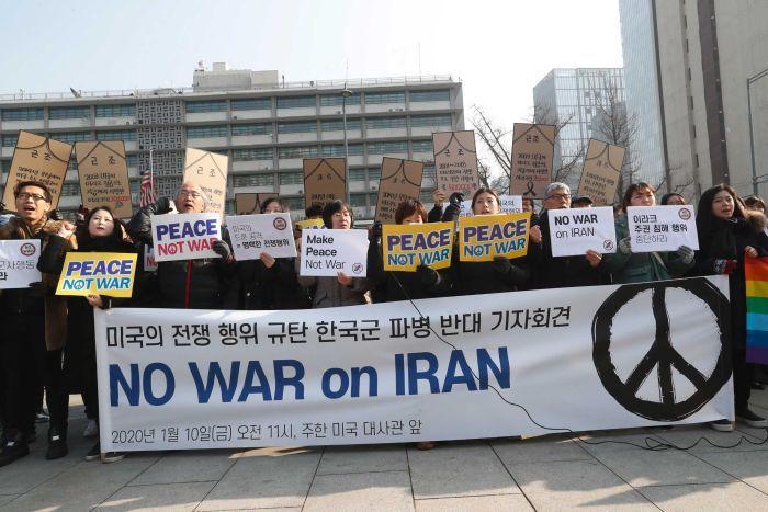 Người dân Hàn Quốc biểu tình trước Đại sứ quán Mỹ ở Seoul, phản đối leo thang căng thẳng giữa nước này với Iran.