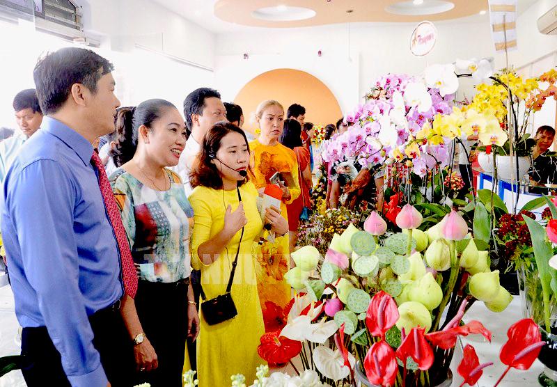 Khu kinh doanh hoa tươi và ẩm thực Hồ Thị Kỷ trong ngày ra mắt. Có 2 cuộc đối thoại của Phó Chủ tịch UBND quận 10 với tiểu thương về chủ trương xây dựng khu kinh doanh hoa và ẩm thực này. Ảnh: Long Hồ