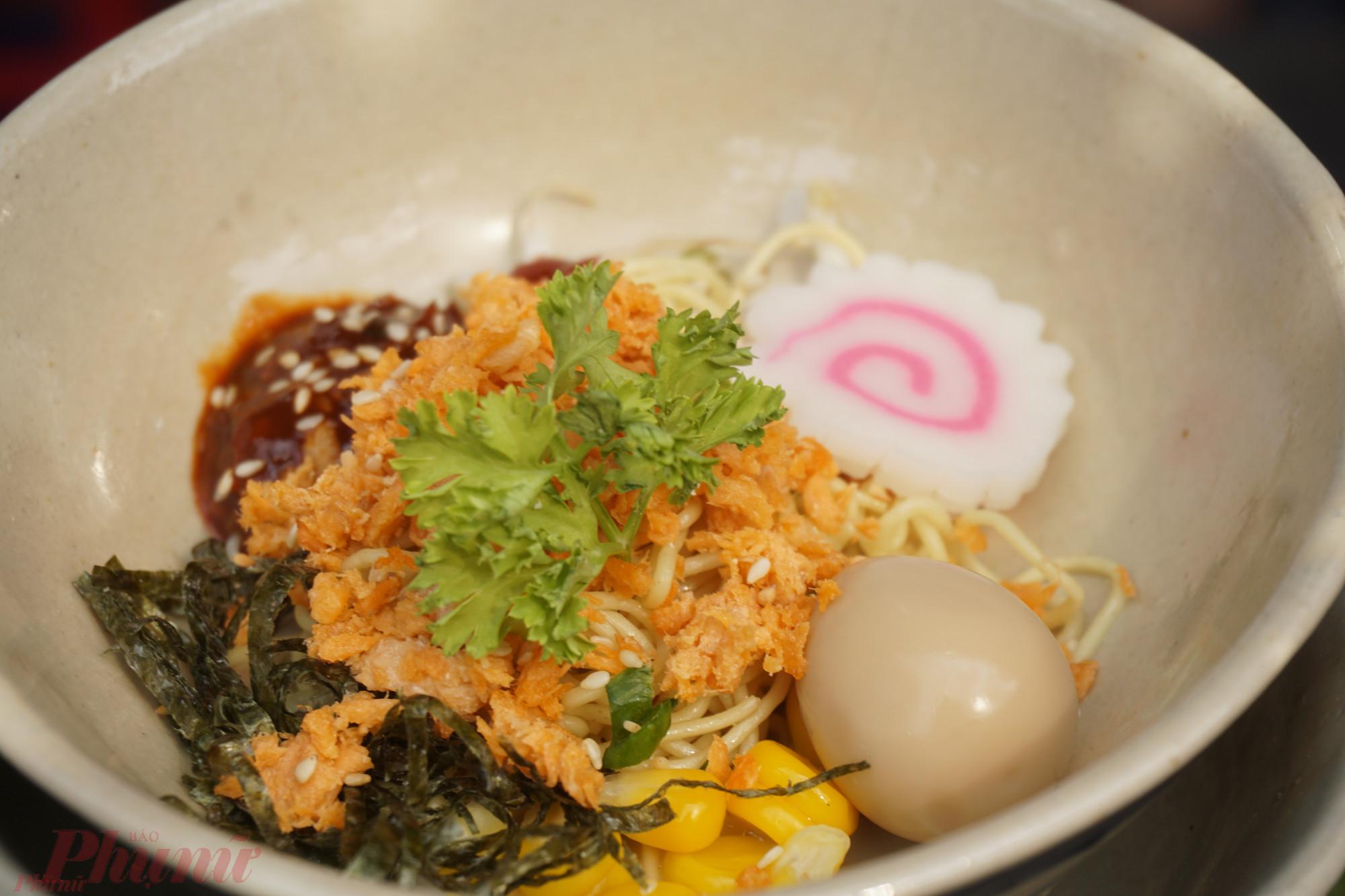 Mì cá hồi kiểu Trung Hoa nhận được khá nhiều sự chú ý tại lễ hội ẩm thực lần này.