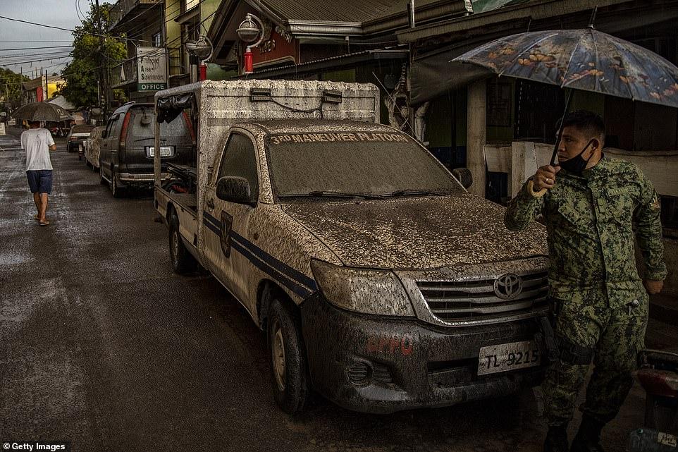Tro bụi cùng thời tiết có mưa khiến nhiều khu dân cư quanh vùng chìm trong màu xám.