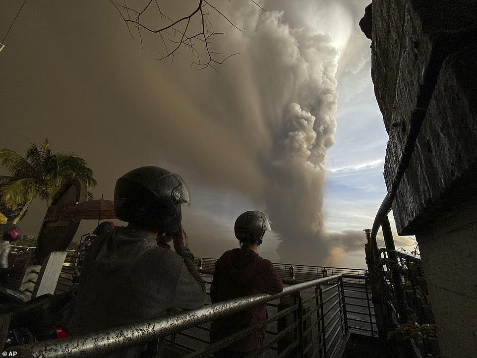 Các nhà chức trách đã nâng cảnh báo nguy hiểm quanh khu vực lên mức 3/5.
