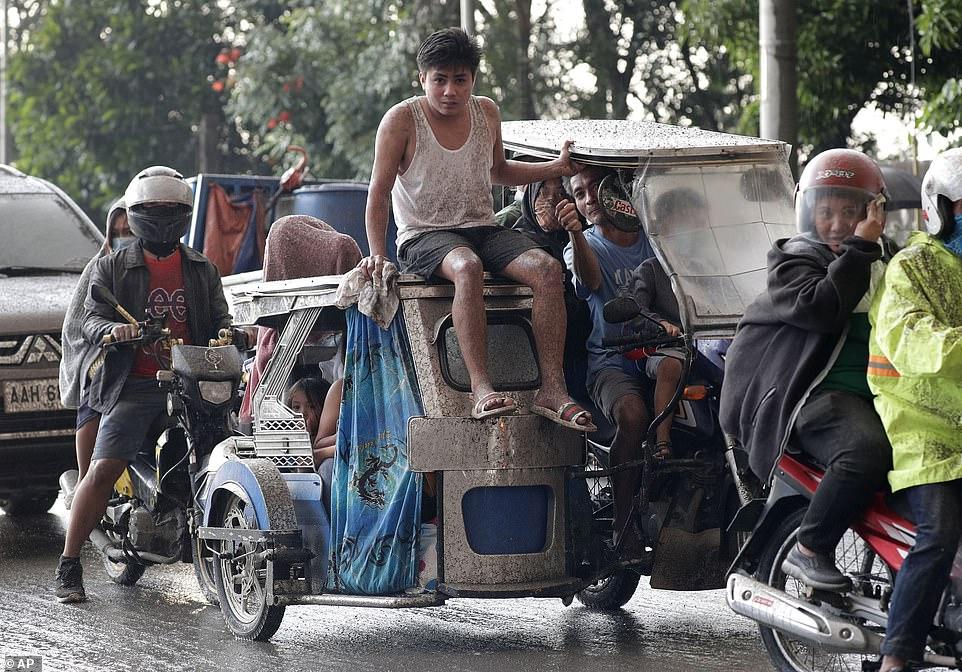 Dân làng sơ tán trong vụ phun trào núi lửa ở Talisay, Batangas, Philippines ngày 12/1.