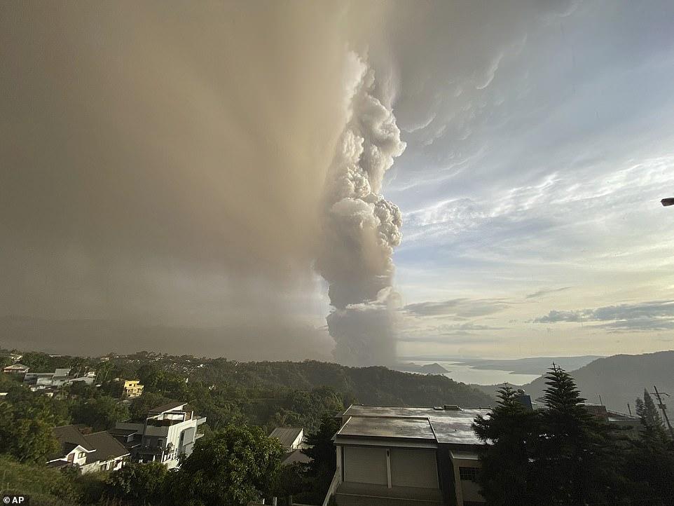 Hôm 12/1, núi lửa bắt đầu phun hơi nước và tro bụi.