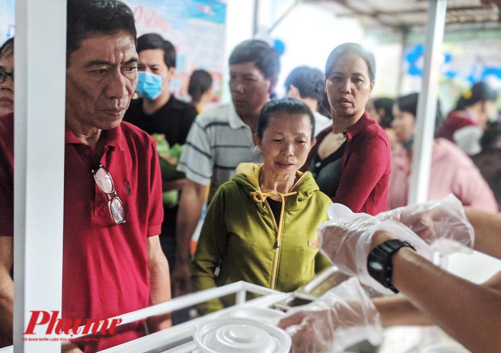 TS.BS. Nguyễn Minh Quân – Giám đốc Bệnh viện quận Thủ Đức cho biết Phiên chợ 0 đồng được tổ chức 2 lần/năm, đã trở cầu nối quen thuộc của người bệnh có hoàn cảnh khó khăn cùng các mạnh thường quân.