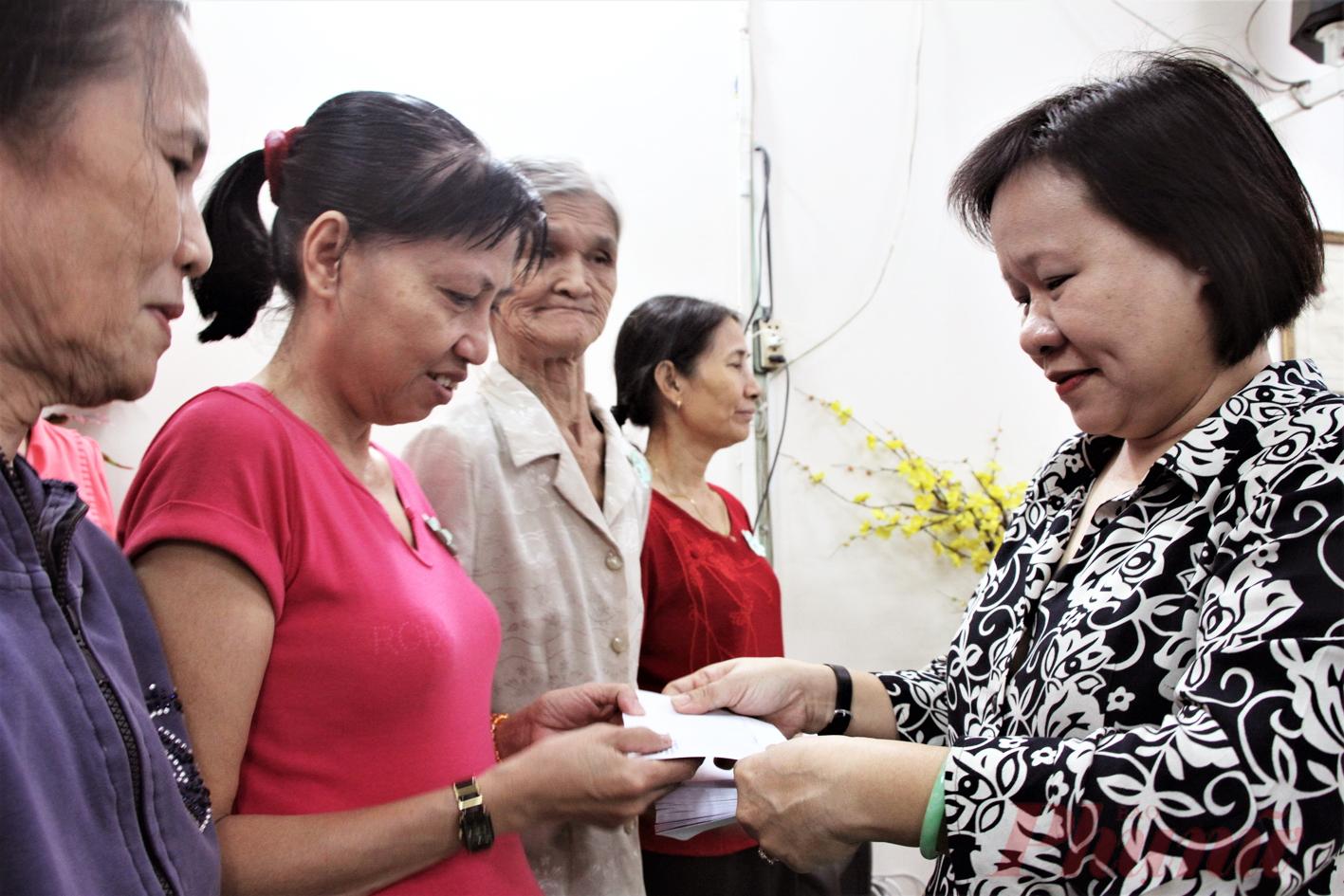 Báo Phụ Nữ TP.HCM - trao quà cho phụ nữ nghèo Q.Bình Thạnh sáng 10/1