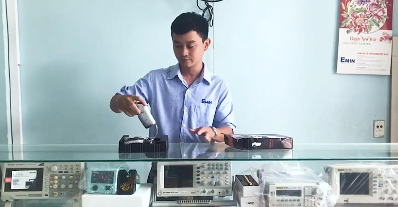 Nhân viên một cửa hàng đang giới thiệu về các máy đo nồng độ cồn