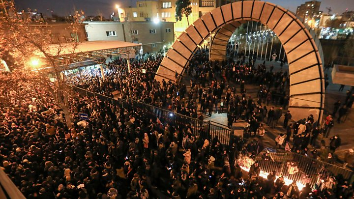 Đám đông biểu tình bên ngoài Trường đại học Amir Kabir ở Tehran hôm 11/1 đòi lãnh đạo tối cao Khamenei từ chức sau khi Tehran thừa nhận đã bắn rơi chiếc máy bay của Ukraine - Ảnh: Getty Images