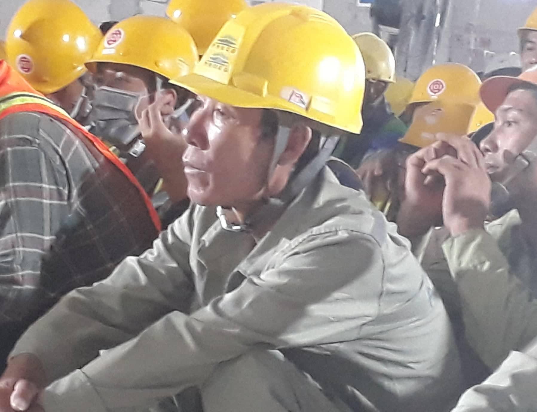 Ông Nguyễn Văn Xô chú tâm lắng nghe lời động viên, thăm hỏi của lãnh đạo TP
