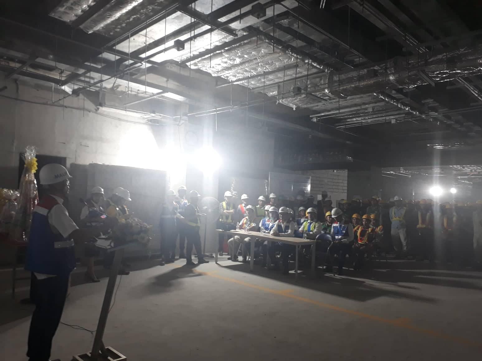 Ông Hoan đánh giá cao vai trò của đội ngũ công nhân, kỹ sư đang làm việc tại công trường tuyến Metro số 1