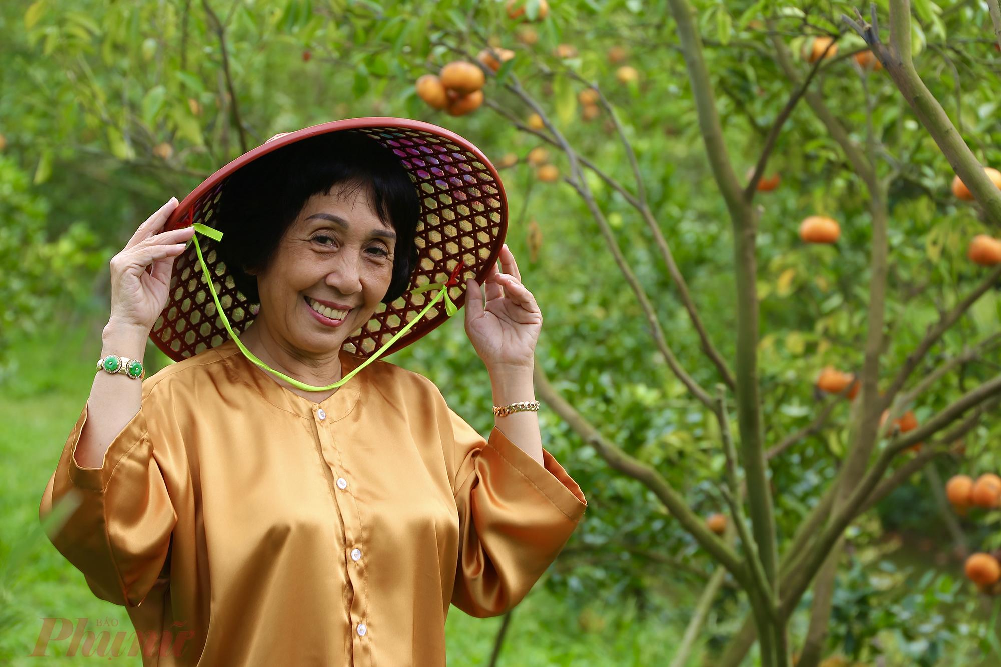 Với sắc vàng cam của quýt, bạn có thể chọn những trang phục màu nổi để khung ảnh thêm vui mắt. Hoặc du khách cũng có thể mặc áo bà ba, đội nón lá để ra chất nông dân miền Tây.