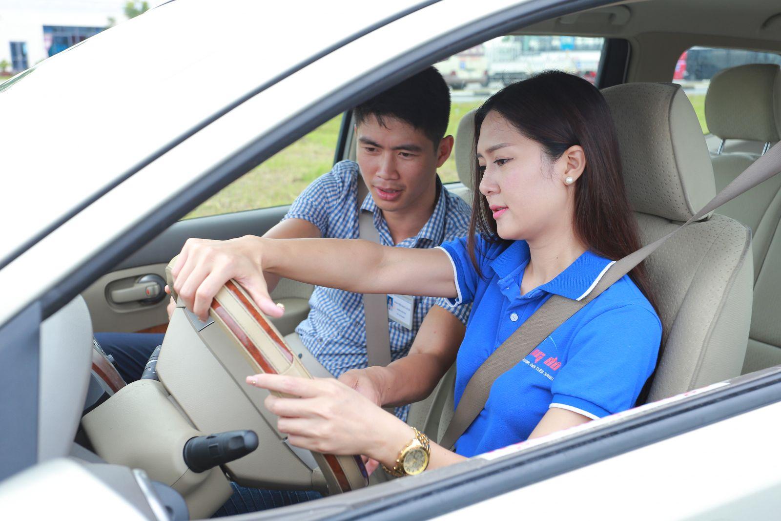 Vợ quyết định đi học lái xe khi Nghị định xử phạt người uống rượu bia tham gia giao thông có hiệu lực. Ảnh minh hoạ