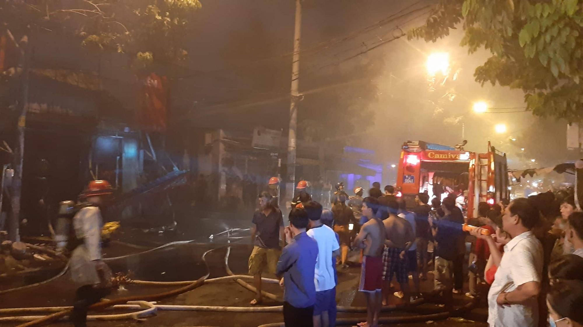Lực lượng PCCC có mặt để tiếp cận, khống chế đám cháy