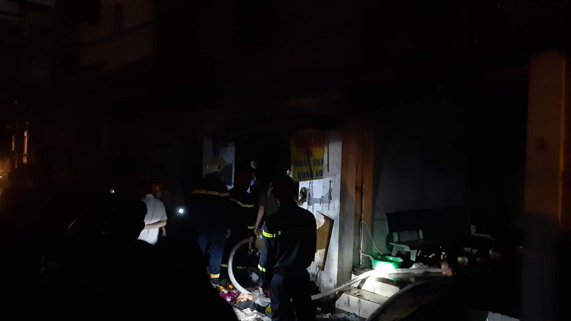 Lực lượng chức năng đang khám nghiệm hiện trường để làm rõ nguyên nhân vụ cháy