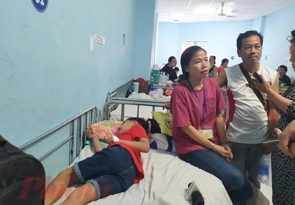 Giáo viên và phụ huynh học sinh đang chăm sóc cho các học sinh.