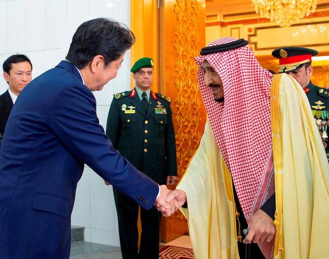 Thủ tướng Nhật Shinzo Abe trong cuộc gặp Quốc vương Ả Rập Xê Út Salman ở thủ đô Riyadh. Ảnh: Arab News