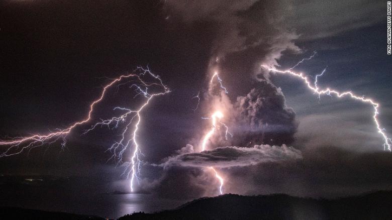 Hiện tượng sấm sét do các đám mây tro bụi tích điện của núi lửa.