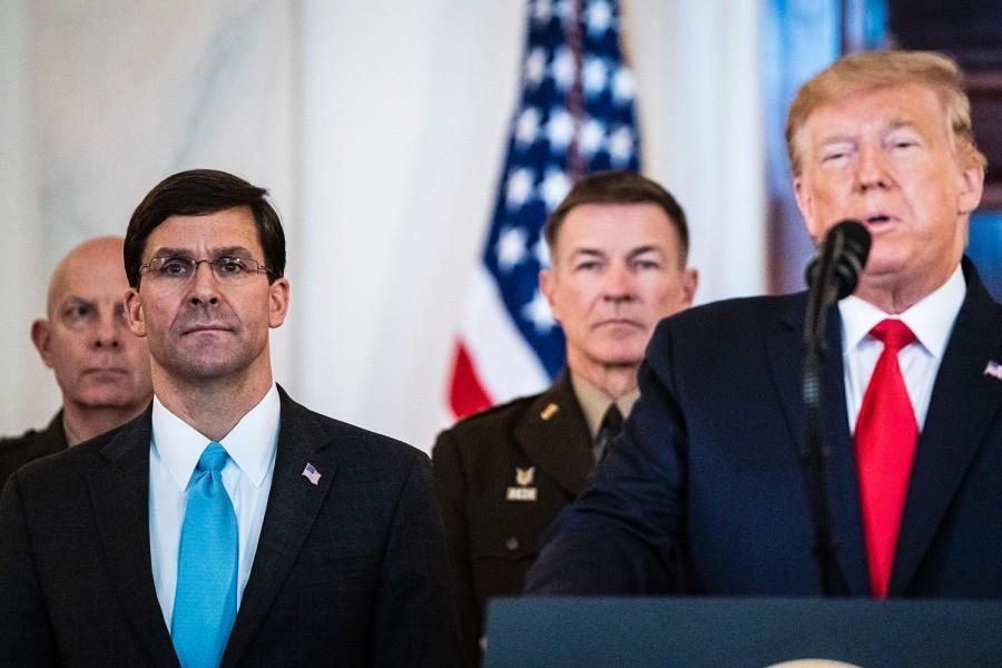 Bộ trưởng Quốc phòng Mark Esper (trái) và Tổng thống Donald Trump. Ảnh: WP