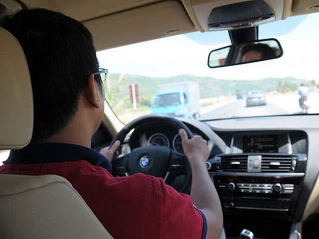 Từ ngày mua ô tô, tôi luôn là người cầm lái chính vì vợ không chịu đi học lái xe. Ảnh minh hoạ