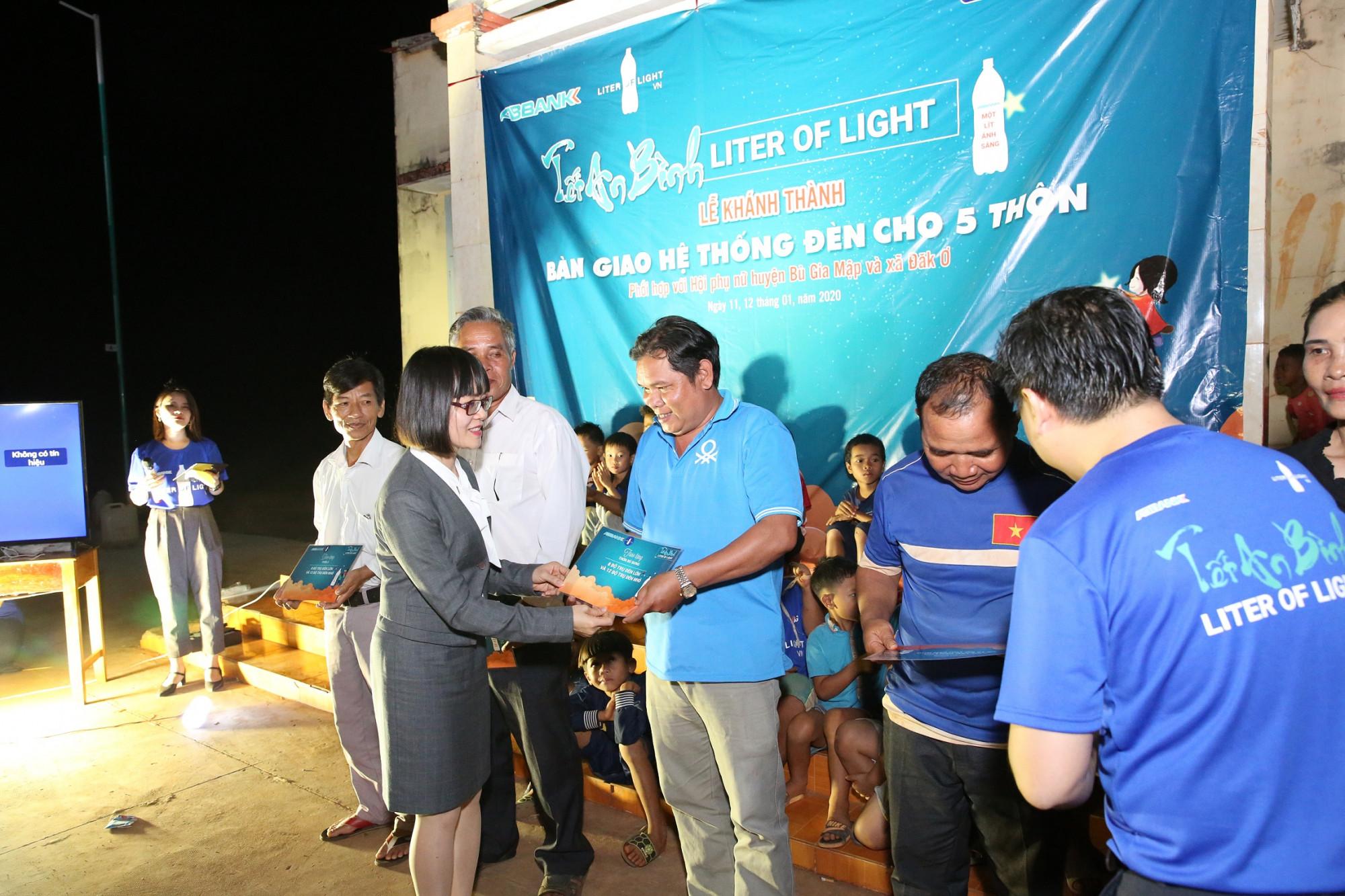 Bà Nguyễn Thị Hương - Phó tổng giám đốc ABBANK bàn giao hệ thống đèn cho các thôn