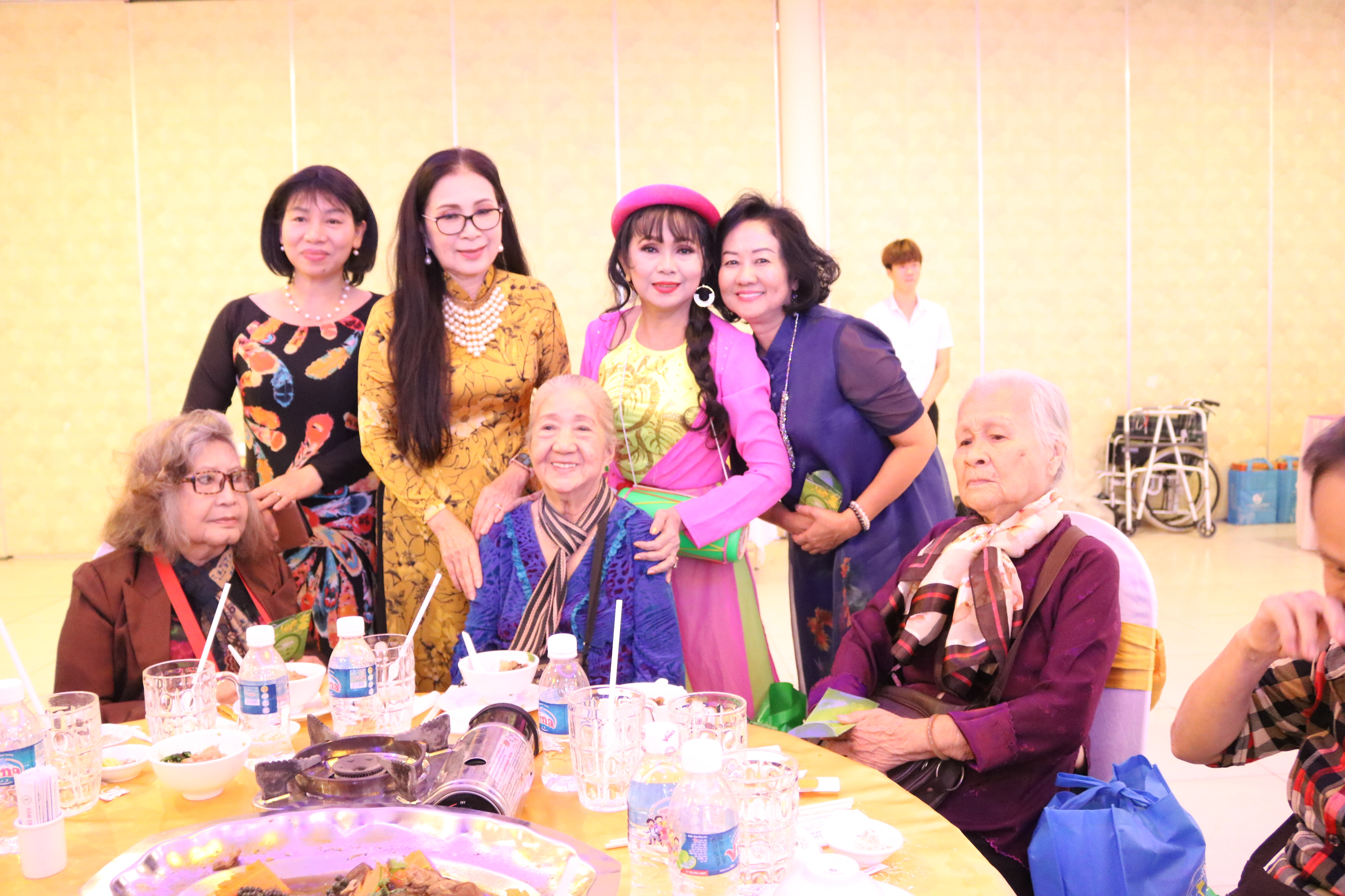 Bà Trần Thị Phương Hoa (bìa trái, hàng sau) - Phó chủ tịch Hội LHPN TP.HCM và NDND Kim Xuân cùng các nghệ sỹ trẻ đến hỏi thăm sức khỏe các lão nghệ sỹ.