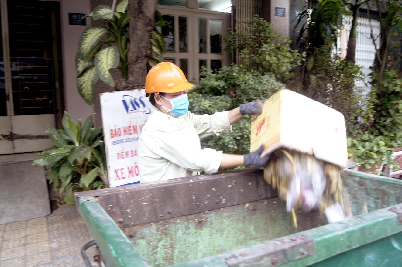 Công nhân Công ty Môi trường đô thị TP.HCM đang thu gom rác ở Q.Tân Phú một ngày giáp tết